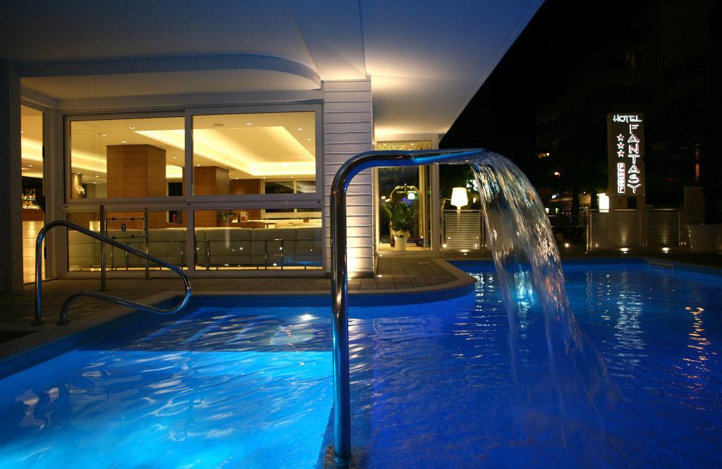 Piscina all 39 hotel fantasy con bureau e hall tutto nuovo hotel fantasy - Hotel con piscine termali all aperto ...